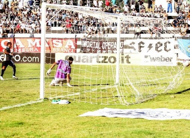 Baiano corre para torcida após marcar o segundo gol do Fantasma - Foto: Christopher Eudes