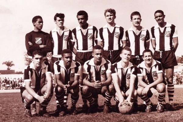 O futebol fica mais sério com a chegada do profissionalismo. O Operário conquistaum vice-campeonato paranaense e começa a montar a base do time campeão em 1961 - Casa da Memória do Paraná