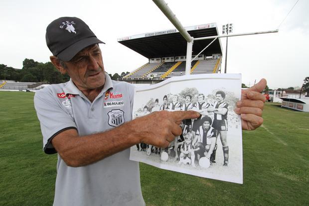 O ídolo do Ofec, Gracindo Sobrinho, mostra a foto oficial do time em 1977 Foto: Fábio Matavelli