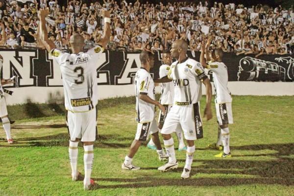Torcida compareceu em bom número e jogadores agradeceram o apoio vindo das arquibancadas Foto: Thiago Terada