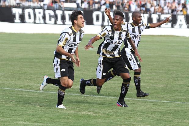 Rone Dias (à esquerda) marcou o gol do Operário após cobrança de falta dentro da área Foto: Fábio Matavelli