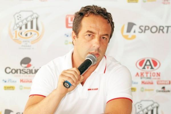 Além de anuciar contato com técnico, Luiz Alberto afirmou que jogadores envolvidos em briga serão multados Foto: Thiago Terada