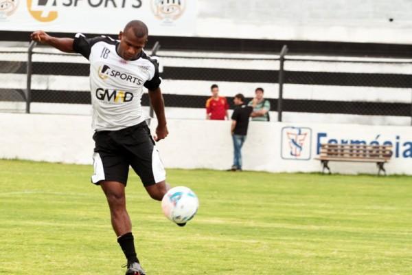 Meia Cacá está recuperado de lesão e ficará à disposição de Paulo Turra para o confronto contra o Coritiba