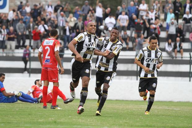 Reinaldo Mineiro (centro) marcou seu primeiro gol com a camisa do Operário Ferroviário Foto: Fábio Matavelli