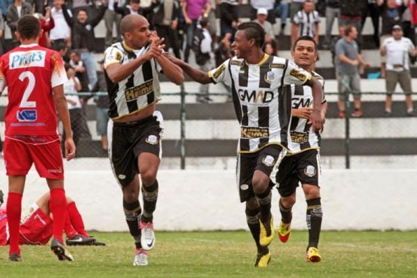Na estreia como titular, Reinaldo Mineiro comemorou seu primeiro gol Foto: Thiago Terada