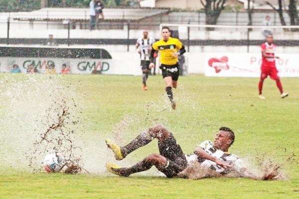 Gramado encharcado dificultou as jogadas de velocidade do atacante Maiquinho Foto: Thiago Terada