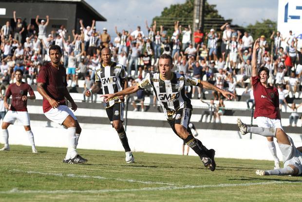 Paulo Sérgio aproveitou o rebote do goleiro e marcou o primeiro do alvinegro sobre o Jotinha Foto: Fábio Matavelli