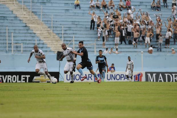 Cerca de 120 torcedores alvinegros foram até o Norte do Estado apoiar o time de Ponta Grossa Foto: Olga Leiria