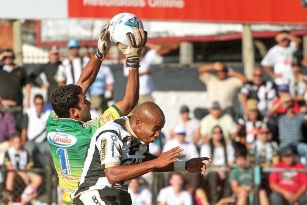 Goleiro Vinicius fechou o gol e, pela primeira vez, saiu de uma partida sem sofrer gols no Paranaense Foto: Thiago Terada