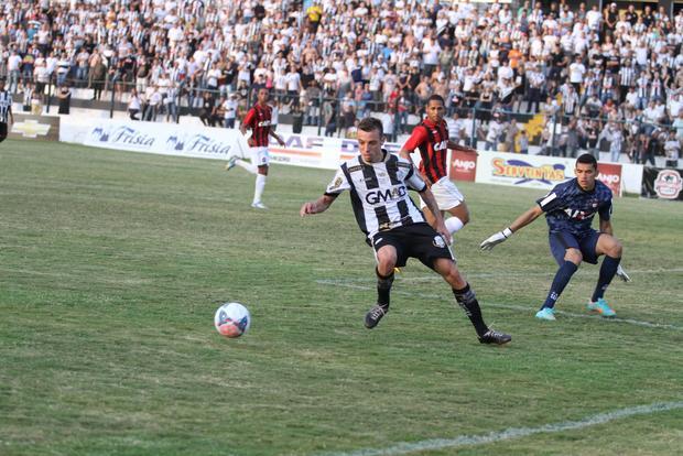 Paulo Sérgio marcou três vezes e comandou vitória alvinegra sobre o Furacão neste domingo Foto: Fabio Matavelli