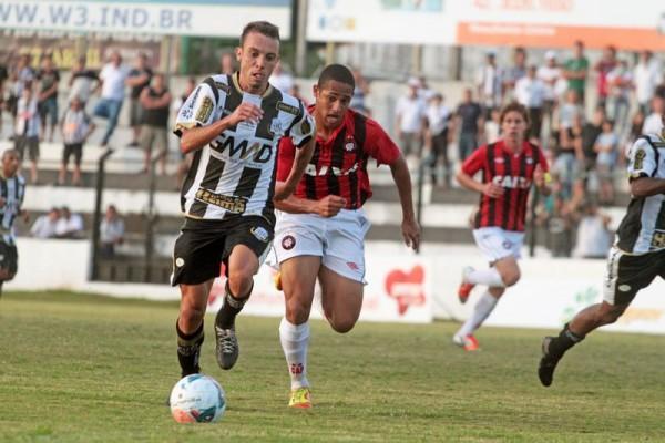 Com os três gols de domingo, Paulo Sérgio alcançou a marca de seis tentos no Paranaense Foto: Thiago Terada