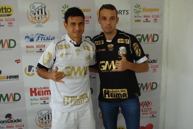 Rone Dias e Paulo Sérgio, destaques do Operário no Estadual, apresentaram novas camisas Foto: Sebastião Neto