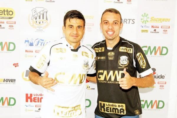 Rone Dias e Paulo Sérgio, artilheiros da equipe, vestiram as novas camisas Foto: Clebert Gustavo