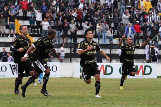 Com apenas 20 segundos de jogo, Rone Dias acertou o voleio e marcou o primeiro gol do Fantasma Foto: Marco Favero