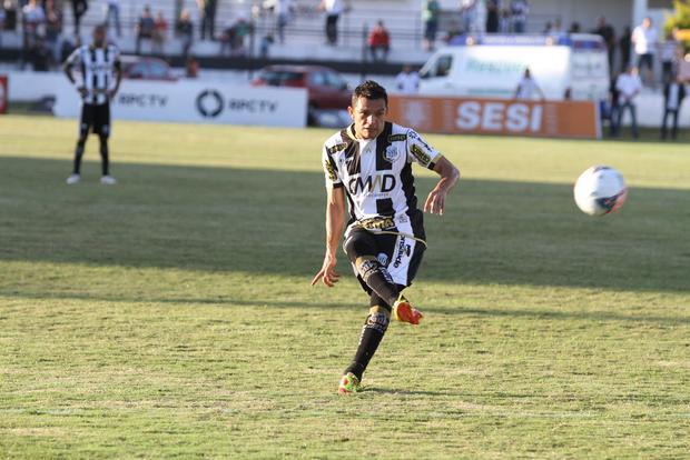 Meia Sandro ainda busca espaço em clubes do Campeonato Brasileiro para o restante do ano