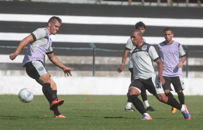 Na partida deste sábado, Gilberto deve esboçar o time que vai enfrentar o Toledo na estreia do Paranaense Foto: Thiago Terada
