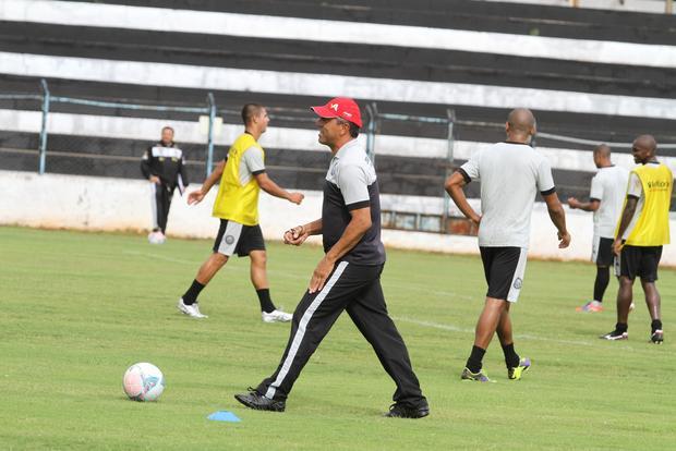 Gilberto tem parte da equipe que entra em campo no domingo definida Foto: Fábio Matavelli