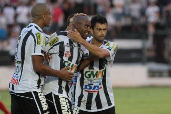 Willian (centro) pode aparecer como opção para Gilberto Pereira Foto: Thiago Terada