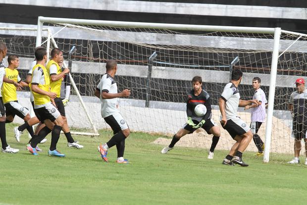 O goleiro Marcelo foi um dos destaques do jogo contra o Londrina e conseguiu segurar o empate