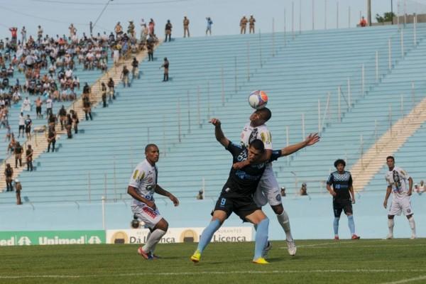 Sistema defensivo do Operário não deu brechas para o ataque do Tubarão Foto: Ricardo Chicarelli/Folha de Londrina