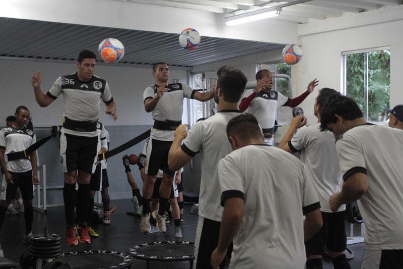 Por conta da forte chuva, treino de sexta foi transferido para a academia Foto: Thiago Terada