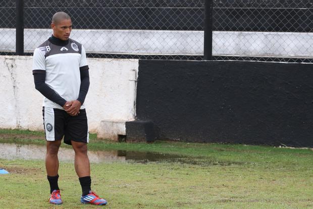 Sidnei não treinou com a equipe  e não entra na partida de amanhã Foto: Rodrigo Covolan