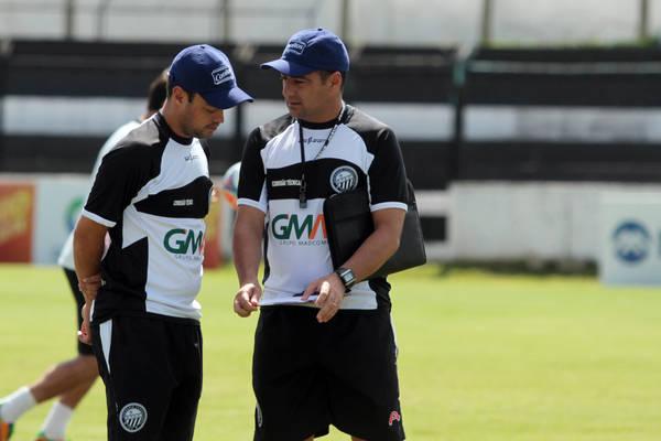 Jackson (esq.) esteve ao lado de Paulo Foiani no treinamento deste sábado Foto: Thiago Terada